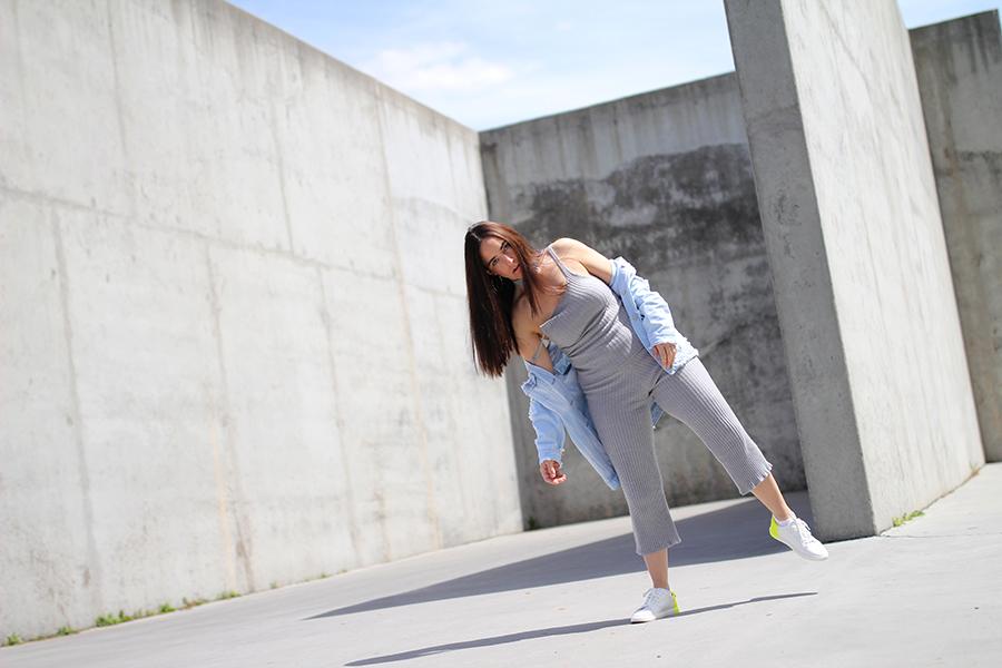 tobi-clothing-oversized-denim-jacket-neon-sneakers-4